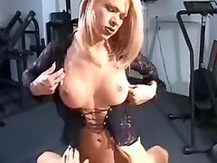 Tempting shemale enjoys oral in gym